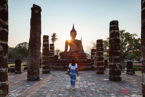 Pay a visit to the famous Wat Mahathat
